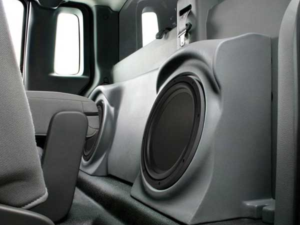 Bass amplifier and subwoofer